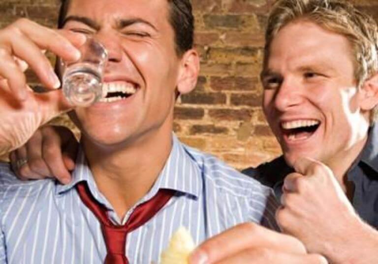 Алкоголик или просто выпивающий — в чём отличие и как уловить момент зарождения зависимости